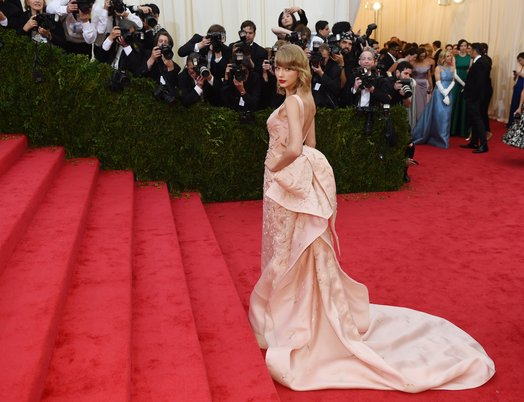US-Met Museum-Costume-Institute-Benefit  TIMOTHY A. CLARY/AFP/Getty Images Created: May 5, 2014  US-MET MUSEUM-COSTUME INSTITUTE-BENEFIT  Taylor Swift arrives at the Costume Institute Benefit at The Metropolitan Museum of Art May 5, 2014 in New York.  Gown, designed by Oscar de la Renta, is featured in The Glamour and Romance of Oscar de la Renta at The Mint Museum.  © TIMOTHY A. CLARY/AFP/Getty Images